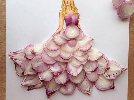 Modezeichner präsentiert Kleider mit Früchten & Gemüse
